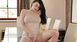Solo beauty rubs pussy thoroughly